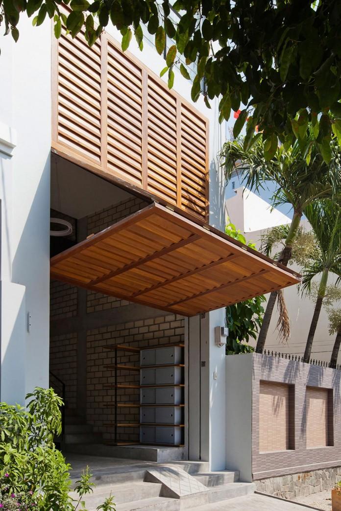 Nha dep Sai Gon - TOWN HOUSE WITH A FOLDING-UP SHUTTER 2