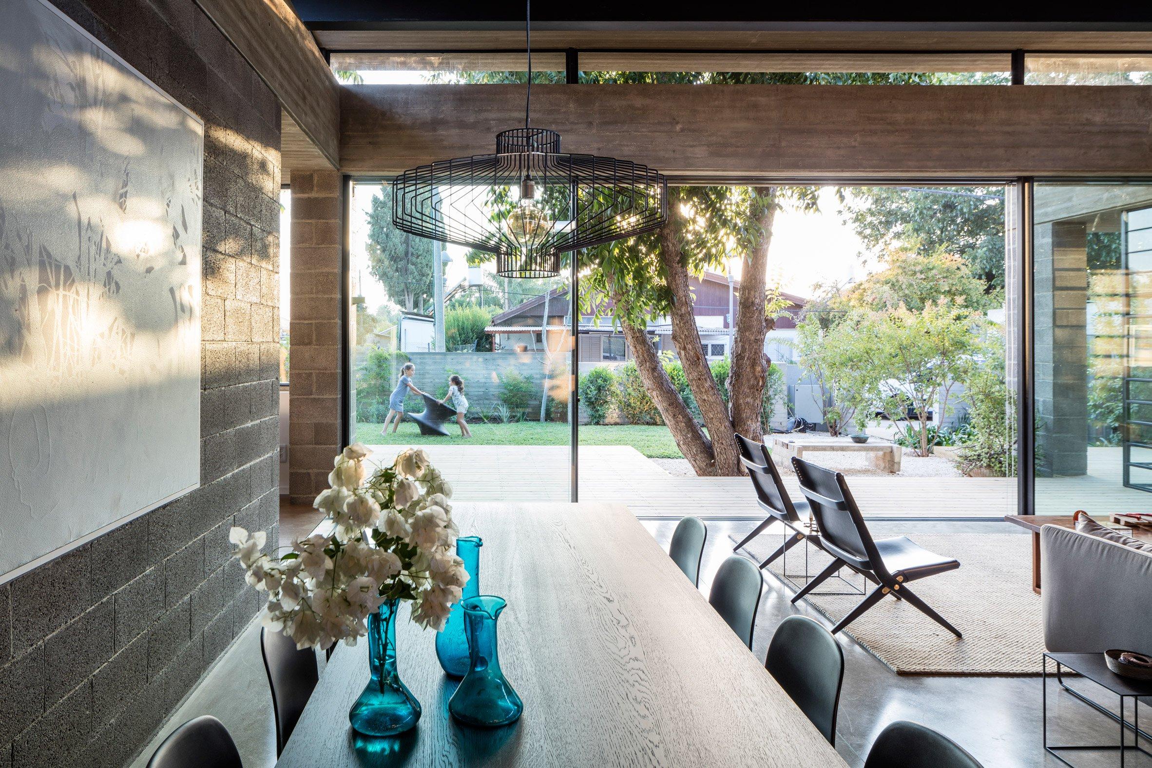 nha dep nuoc ngoai bare house 8 - Bare House – Ngôi nhà mang lại những thoáng nhìn lên bầu trời và những ngọn cây