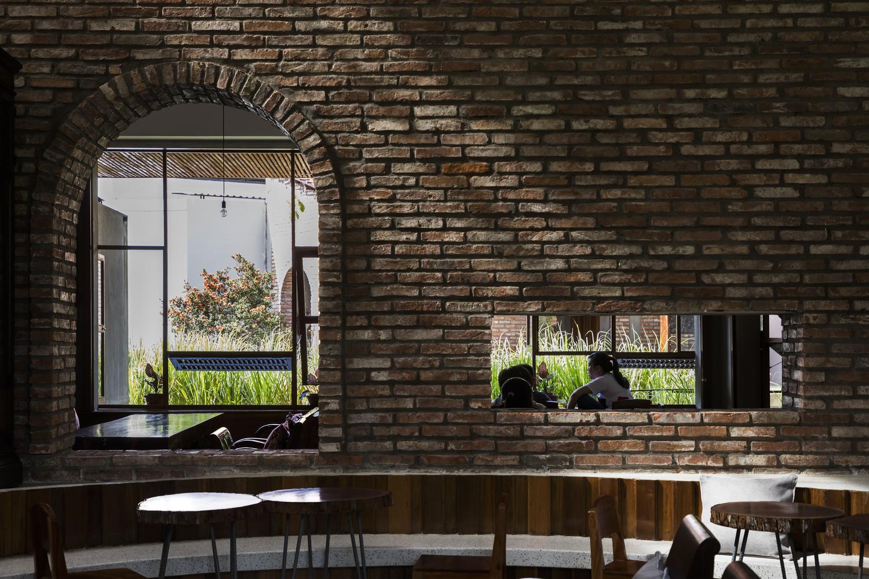 """2522 1 - Cà phê Thúy Viên """"Tạo từ vật liệu tái sử dụng của các ngôi nhà cũ ở địa phương"""""""